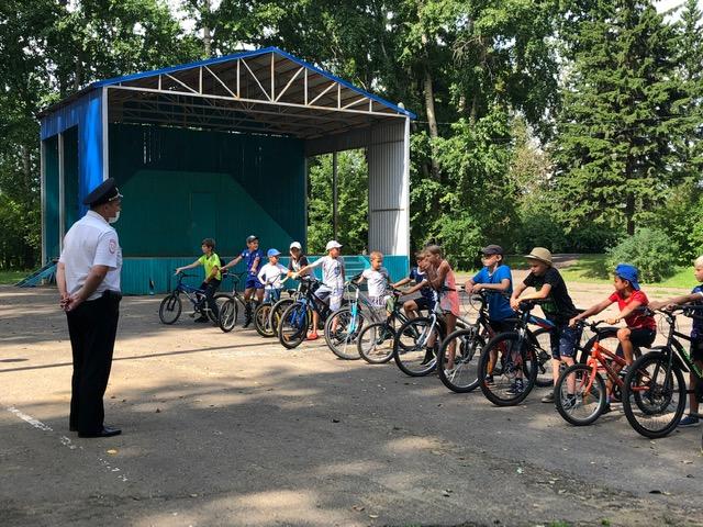 Сотрудники ГИБДД напомнили юным велосипедистам про «дорожные ловушки»